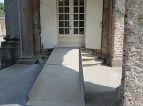 Entrée alternative vers l'accueil et les sanitaires du Château