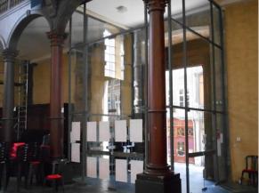 Vue du sas vitré depuis l'intérieur de l'église