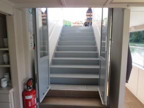 Escalier d'accès au pont supérieur