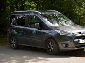 Un des véhicules de transport adapté