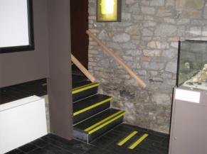 Mise en évidence des escaliers entre les salles d'exposition