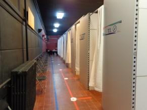 Couloir vers boxes de vaccination