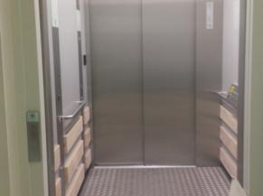 Ascenseur menant au premier étage
