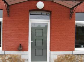 Porte d'entrée large et de plain-pied