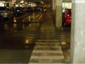 Circulation en sous-sol partagée avec les voitures et faible éclairage e