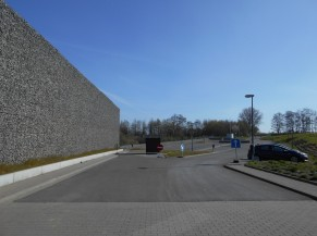 Accès vers les emplacements de parking PMR