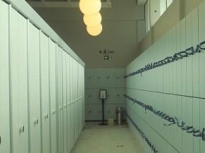 Couloir cabines individuelles et casiers. Casiers accessibles en fauteuil roulant. Manque de contraste.