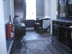 Exposition à l'étage (soir pièce de vie reconstituée soit exposition de tableaux et oeuvres)
