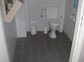 Sanitaire adapté au rez-de-chaussée
