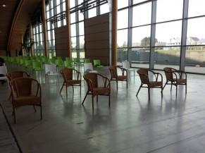 """Salle d'attente """"après"""" la vaccination avec quelques chaises avec accoudoirs à disposition"""