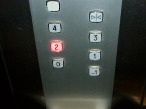 Boutons présents dans l'ascenseur
