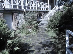 Accès depuis le chemin piéton vers l'entrée principale (au-dessus des escaliers)