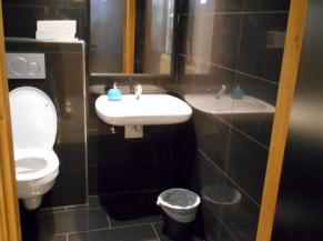 WC PMR avec lavabo dans l'espace de transfert