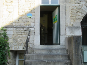 Escalier face à la porte d'entrée du musée