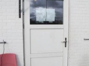 porte d'entrée principale vers vestiaires/douches