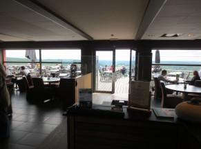 Accès à la terrasse depuis la salle du restaurant