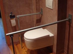 WC dans la salle de douche de la chambre adaptée
