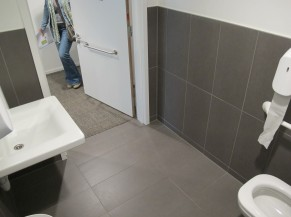 Espace disponible face au lavabo