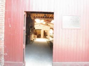 La porte du hangar donne accès à de nombreuses salles au rez-de-chaussée et à l'étage