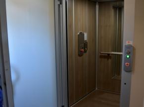 Ascenseur avec porte battante automatique