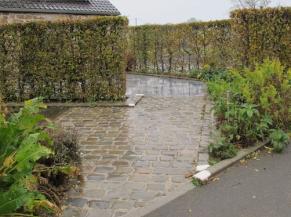 voie d'accès en pavés, avec bordures contrastées