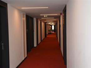Couloir des chambres; bon contraste entre sol, murs et portes. Eclairage automatique