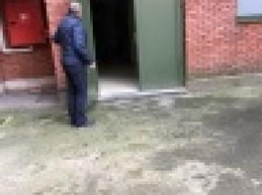 Accès vers le WC PMR via le local de secours