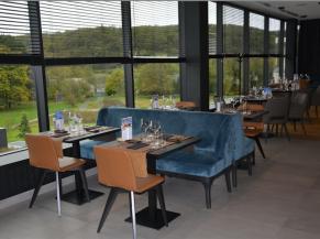 Salle de restaurant: bonne acoustique, stores