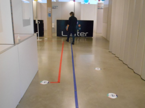Lignes de couleur au sol pour diriger vers les 2 lignes de vaccination