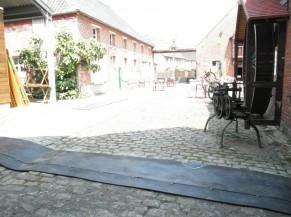 La cour pavée est équipée d'un tapis en caoutchouc