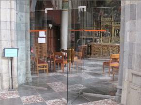 Porte vitrée non sécurisée pour accéder à la Chapelle St-Rémy