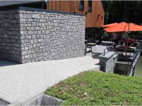 La Libellule, entrée alternative par la terrasse du restaurant (rampe 15% sur 6 mètres)