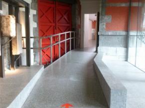 Circulations: rampe d'accès au Palais Curtius