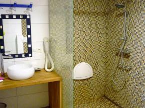 Douche et lavabo du rez-de-chaussée