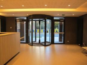 Portes d'entrée (principale + alternative) et hall d'accueil du bâtiment