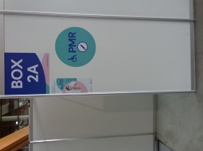 Exemple de signalétique de box réservé aux PMR
