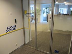 Double-porte vitrée entre le hall d'ascenseur et le guichet d'accueil aux étages