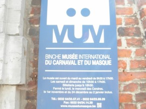 Identification du bâtiment depuis la voirie sur le mur de l'enceinte