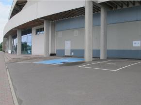 Emplacement pour personnes handicapées au pied de la façade d'entrée