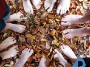 Photos de personnes pieds nus dans les feuilles mortes (c)Nelissen