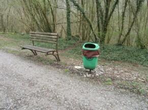 Aire de repos : banc + poubelle