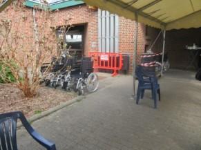 Chaises roulantes à disposition à proximité de la Tonnelle