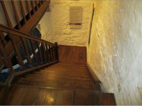Vide présent entre l'escalier et le mur