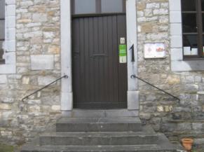 Porte d'entrée du musée précédée de 5 marches