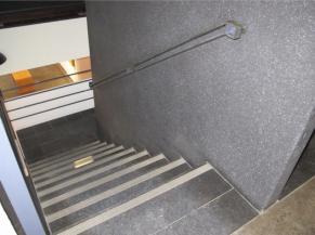 Escalier dans bâtiment principal