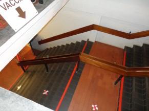 Les escaliers menant au niveau inférieur contrastés équipés de mains courantes