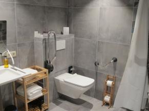 La Libellule, salle de douche de la chambre adaptée