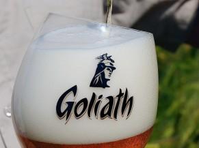 bouteille de bière avec verre