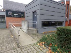 Le WC public classique et PMR se trouvant à côté du restaurant l'Aquaplane. Deux places de parking PMR sont aussi présentes, ainsi qu'un poste de réparation pour vélo