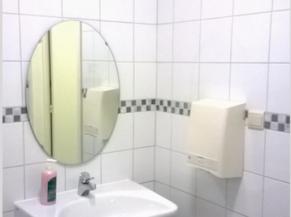 Lavabo situé dans le WC pour les PMR